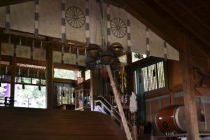 Isuzu, trois clochettes sphériques attachées en triangle