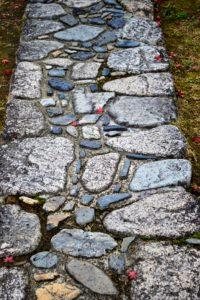 Chemin pavé de pierres naturelles