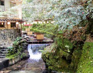 Terrasses installées au-dessus de la rivière