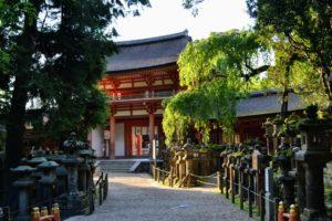 Un sentier secret menant au sanctuaire shinto Kasuga Taisha