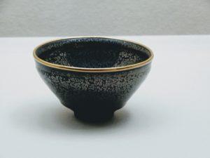 Yuteki Tenmoku, bol à thé avec des taches argentées