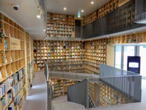 Étagères à livres couvrant tout le mur