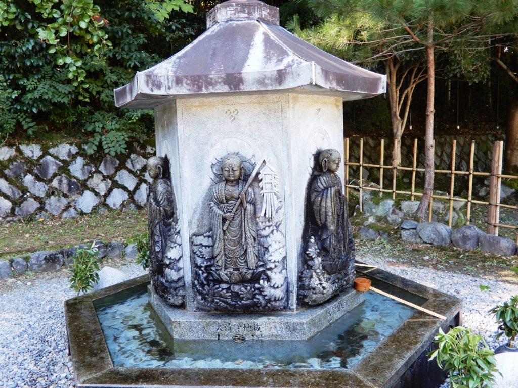 Six jizo sculptés sur six faces